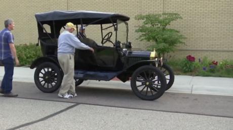 Un musée américain laisse ses hôtes se mettre au volant d'une Ford T âgée d'une centaine d'années !