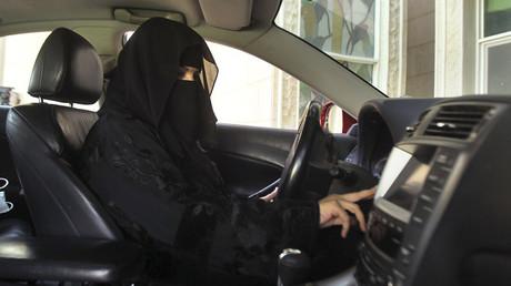 Le roi d'Arabie saoudite publie un décret autorisant les femmes à conduire