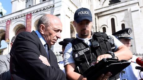 Le ministre de l'Intérieur, Gérard Collomb, entouré des forces de l'ordre, devant le Sacré Cœur à Paris, en juillet 2017.