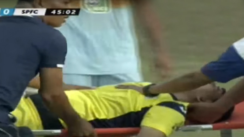 A goalkeeper dies in the middle of the match after a shock with his team-mate (VIDEO)