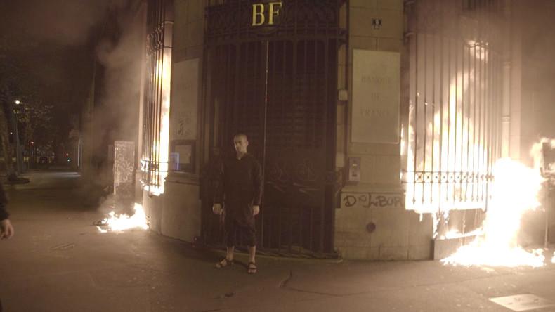 L'artiste russe Piotr Pavlenski aurait été arrêté après avoir incendié la Banque de France (IMAGES)