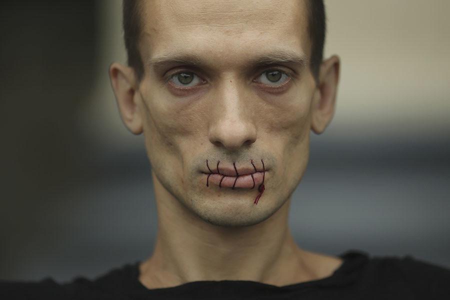 L'artiste russe Piotr Pavlensky arrêté après avoir incendié la Banque de France