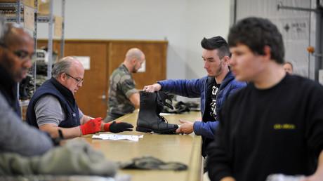 Jeunes recevant des équipements lors de leur Service national volontaire en 2015