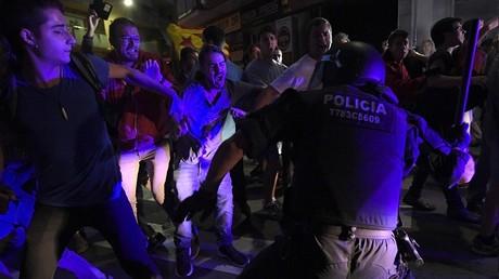 La police affrontant des électeurs en Catalogne