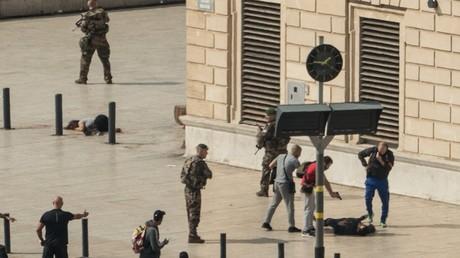 Un policier en civil met en joue l'auteur présumé de l'attaque au couteau de Marseille, revendiquée par Daesh