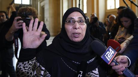 La mère d'Abdelkader et Mohamed Merah répond aux journalistes avant l'ouverture de l'audience le 2 octobre 2017, photo ©Eric FEFERBERG / AFP