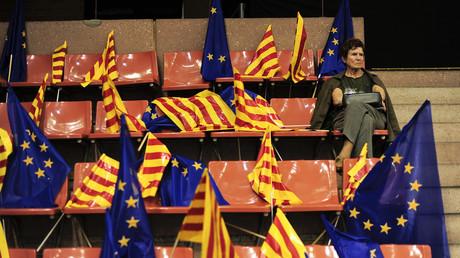 Drapeaux catalan et européen lors d'un meeting d'indépendantistes catalans
