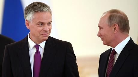 Le nouvel ambassadeur américain Jon Hunstman et le président russe Vladimir Poutine le 3 octobre au Kremlin