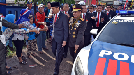 «Président normal ?» : coincé dans un bouchon, le chef d'Etat indonésien fait 2 km à pied (IMAGES)