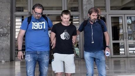 Alexandre Vinnik, arrêté par des policiers grecs en civil, est conduit le 26 juillet 2017 au tribunal de Thessalonique.
