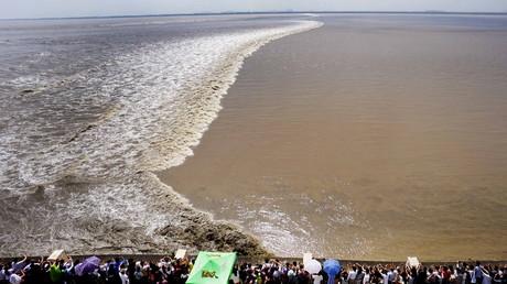 Le mascaret du fleuve chinois Qiantang, le plus puissant du monde