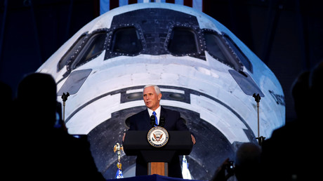 Mike Pence devant les participants à la première réunion du National Space Council le 5 octobre.