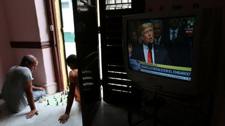 Deux hommes jouent aux échecs lors du discours de Trump sur le renforcement de l'embargo contre Cuba (image d'illustration).