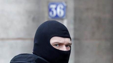 Un membre de la BRI devant le 36 quai des Orfèvres à Paris en janvier 2017