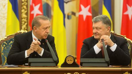 Quand Erdogan fait un somme en pleine conférence de presse avec Porochenko (VIDEO)