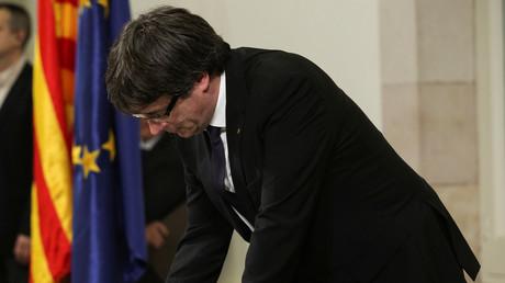Carles Puigdemont signe la déclaration d'indépendance de la Catalogne, le 10 octobre