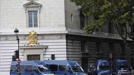 Policiers à proximité du tribunal de Paris
