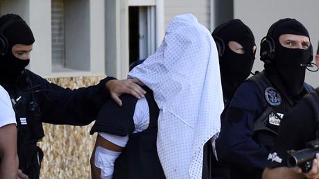 La police française escortant Yassin Salhi, un terroriste ayant décapité son directeur, en juin 2015.