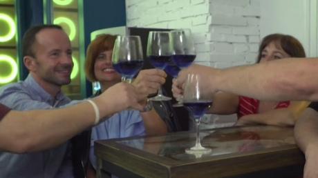 Après les vins rouge, blanc, rose, gris… l'Espagne présente du vin bleu