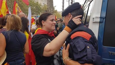 Des manifestants unionistes embrassent des policiers catalans hués par la foule le 12 octobre 2017 à Barcelone, photo ©Jonathan Moadab/RT France