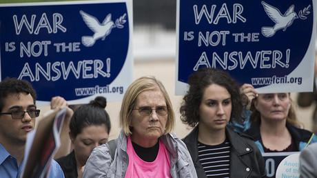 Des manifestants demandant à Donald Trump de poursuivre la diplomatie vis-à-vis de l'Iran le 12 octobre.