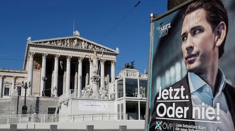 Une affiche près du Parlement autrichien du candidat Sebastian Kurz, vainqueur des législatives en Autriche le 15 octobre 2017, photo ©Heinz-Peter Bader/Reuters