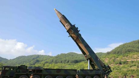 Kim Jong-un inspectant un missile balistique intercontinental Hwasong-14 en juillet 2017
