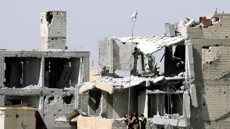 Des combattants arabo-kurdes levant un drapeau blanc à Raqqa