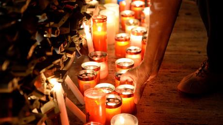 Bougies déposées par des anonymes venus rendre hommage à Daphne Caruana Galizia, journaliste d'investigation maltaise, assassinée dans un attentat à la voiture piégée le 16 octobre.