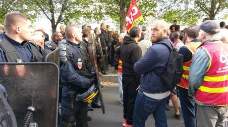 Face à face entre manifestants et CRS lors de la visite d'Emmanuel Macron à Gennevilliers, photo ©Jonathan Moadab/RT France