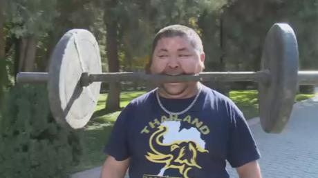 Un citoyen kazakh peut avec ses dents... soulever des haltères et tirer un camion