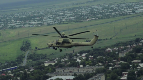 Le nouvel hélicoptère russe Mi-28UB «chasseur nocturne» à la manœuvre