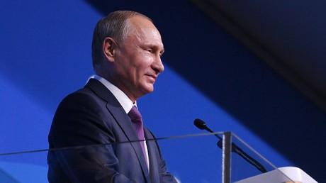 Vladimir Poutine s'entretient avec des participants du 19e Festival de la jeunesse à Sotchi