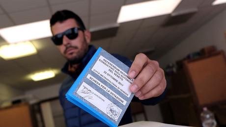 Electeur italien dans un bureau de vote de Venise