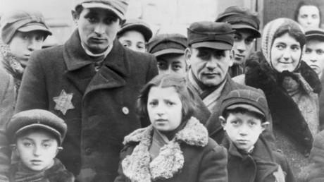 Des juifs portant des étoiles jaunes dans un ghetto de Lodz, Pologne, 1940-1944
