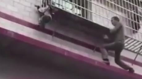 En Chine, un bon samaritain monte au premier étage pour sauver un enfant coincé sur un balcon