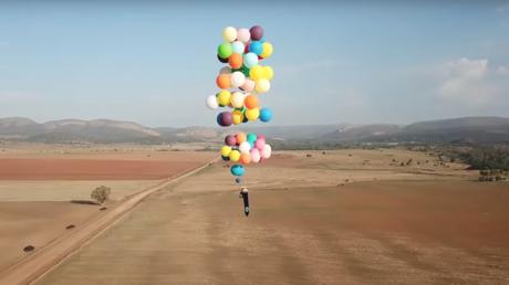 Un Britannique parcourt 25 km assis sur une chaise suspendue à une centaine de ballons