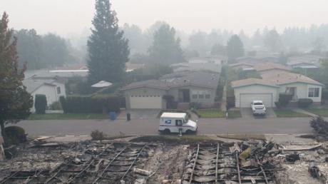 Un facteur distribue le courrier dans une ville américaine dévastée par un incendie