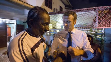 «J'ai encore du nez !» : quand Macron tance gentiment des fumeurs de cannabis à Cayenne (VIDEO)