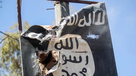 Drapeau de l'Etat islamique  arraché, à l'ouest de Mossoul en août 2017