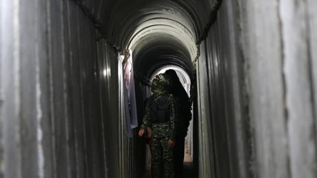 Un jeune Palestinien marche dans un tunnel de la bande de Gaza lors d'un exercice militaire du Hamas, en juillet 2016 (Image d'illustration)