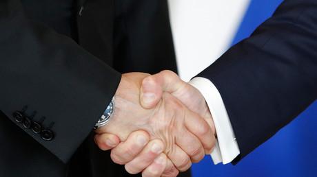 Emmanuel Macron et Vladimir Poutine se serrant la main