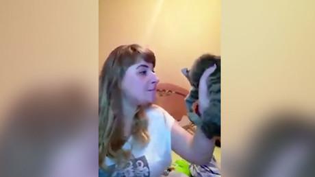Une jeune femme torture son chat devant sa webcam, capture décran
