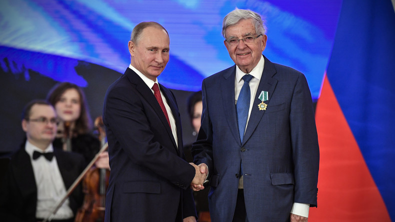 Jean-Pierre Chevènement décoré de l'Ordre russe de l'Amitié par Vladimir Poutine (IMAGES)