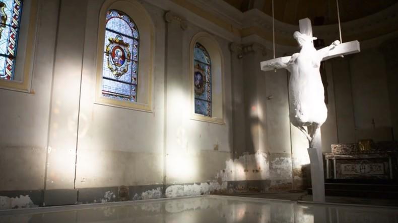 «Satanisme» ? Des catholiques belges furieux contre une vache crucifiée dans une église (IMAGES)