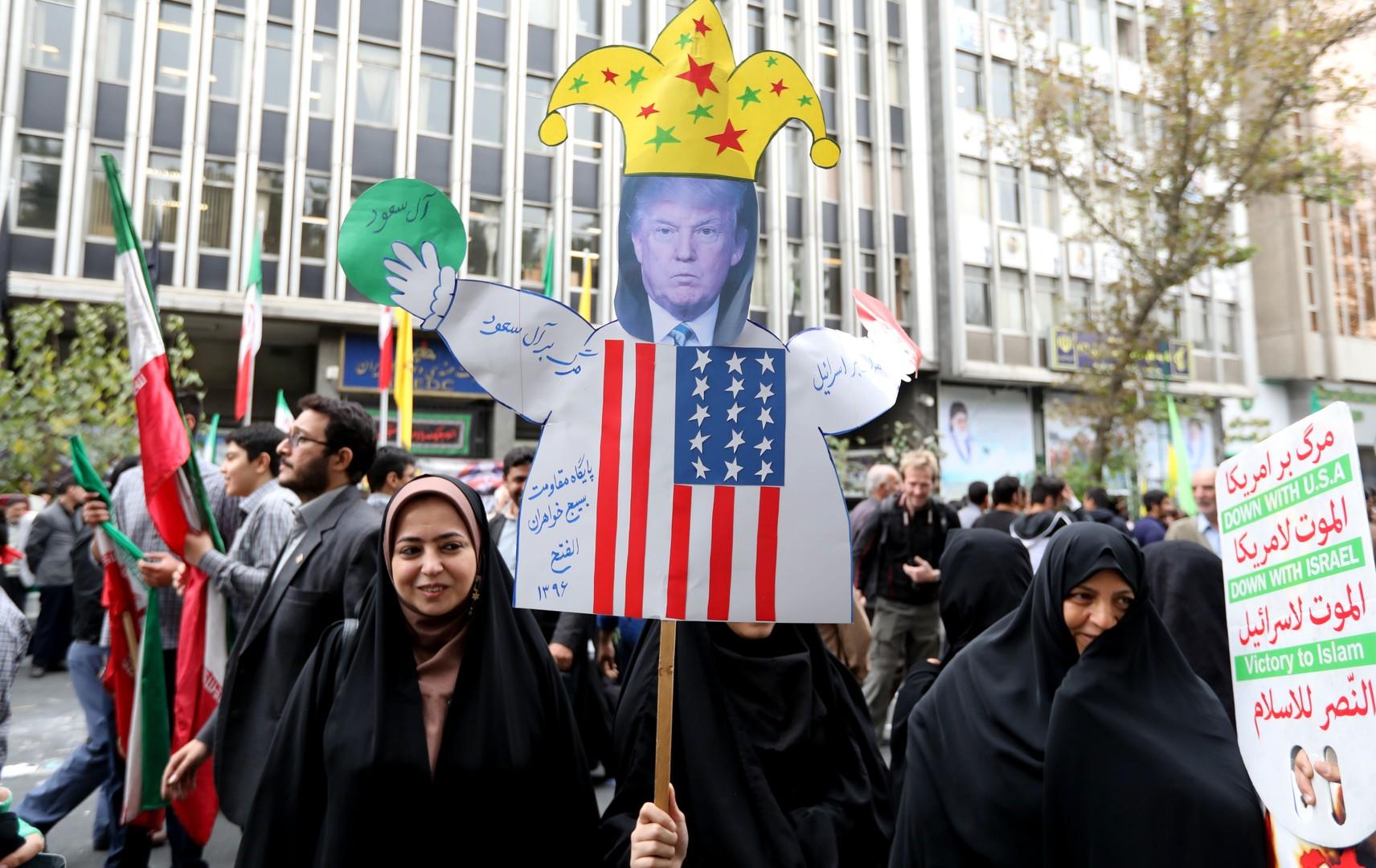 «Mort à l'Amérique» : des milliers d'Iraniens manifestent à Téhéran contre les USA de Trump (PHOTOS)