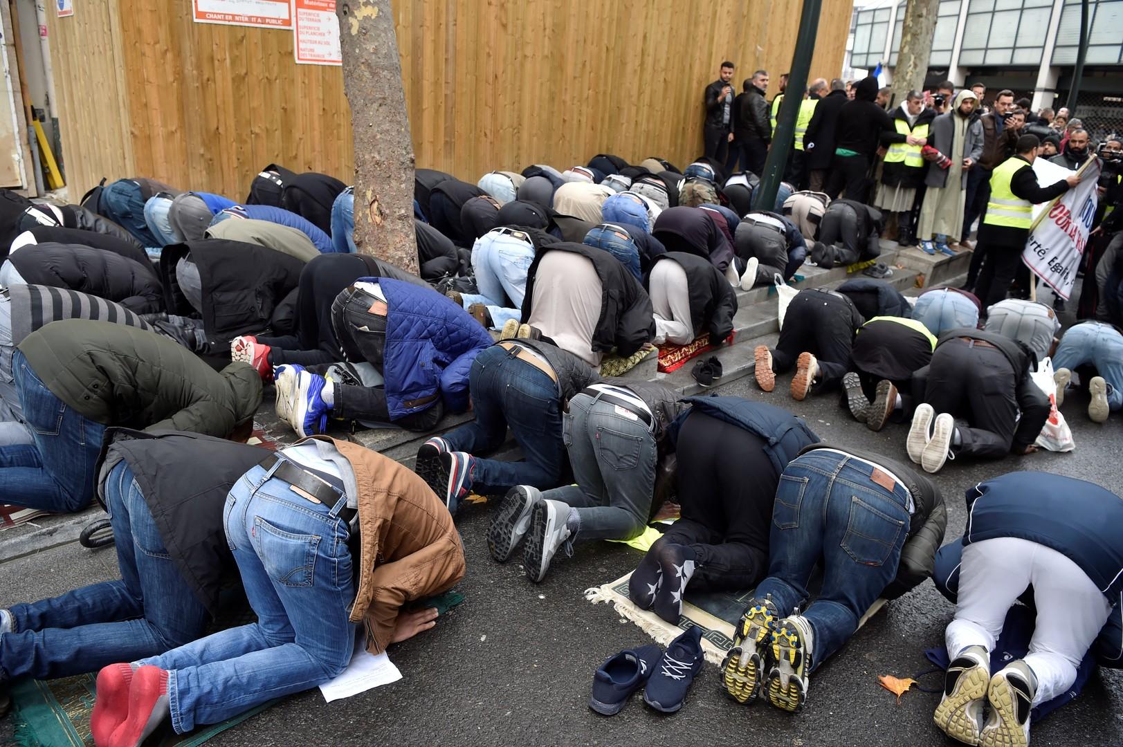 A Clichy une centaine d'élus LR, UDI, MoDem et FN tentent d'empêcher une prière de rue (IMAGES)