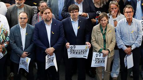 Carles Puigdemont (au centre) et des membres du gouvernement régional destitué (image d'illustration).
