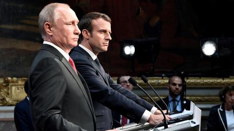 Vladimir Poutine et Emmannuel Macron lors de leur rencontre en France