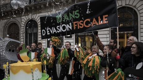 Les militants d'Attac manifestent avec humour à Paris devant une boutique Apple le 3 novembre, jour de la sortie de l'IPhone X pour protester contre le groupe américain.